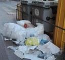 Sanció a un establiment comercial de Tàrrega per deixar residus de plàstic i cartró abocats de forma incívica a la via pública
